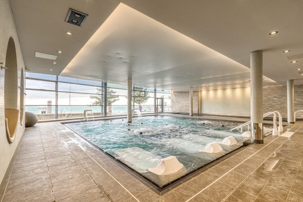 image de la piscine vue sur mer