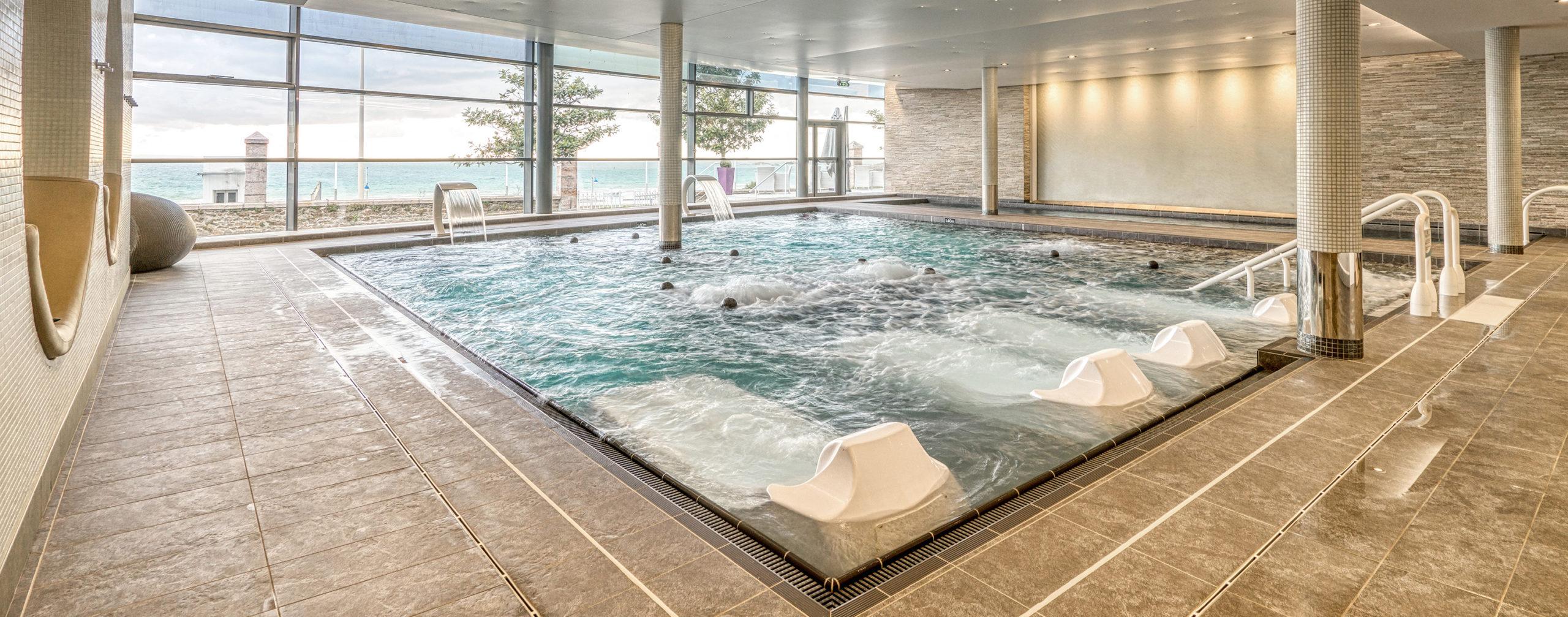 image d'une piscine avec vue sur mer