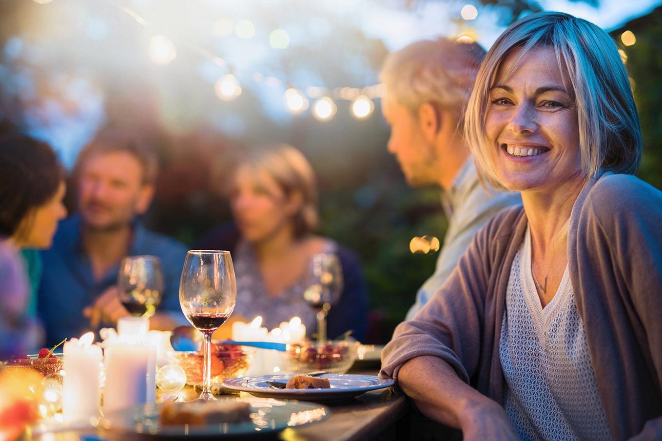 Photo lifestyle d'un dîner entre amis