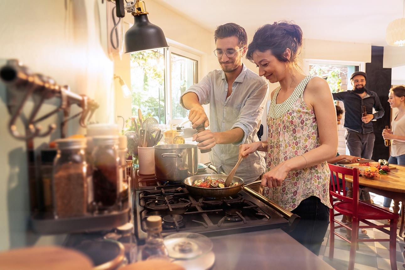 photo lifestyle d'un couple en cuisine