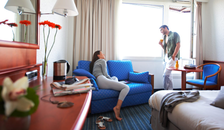Photo lifestyle d'un couple dans une chambre d'hôtel