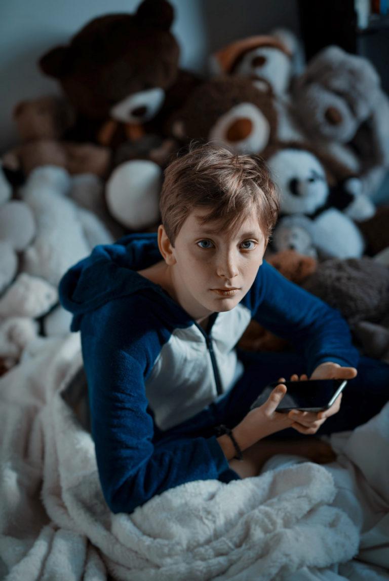 photo lifestyle d'un jeune ado sur son smartphone