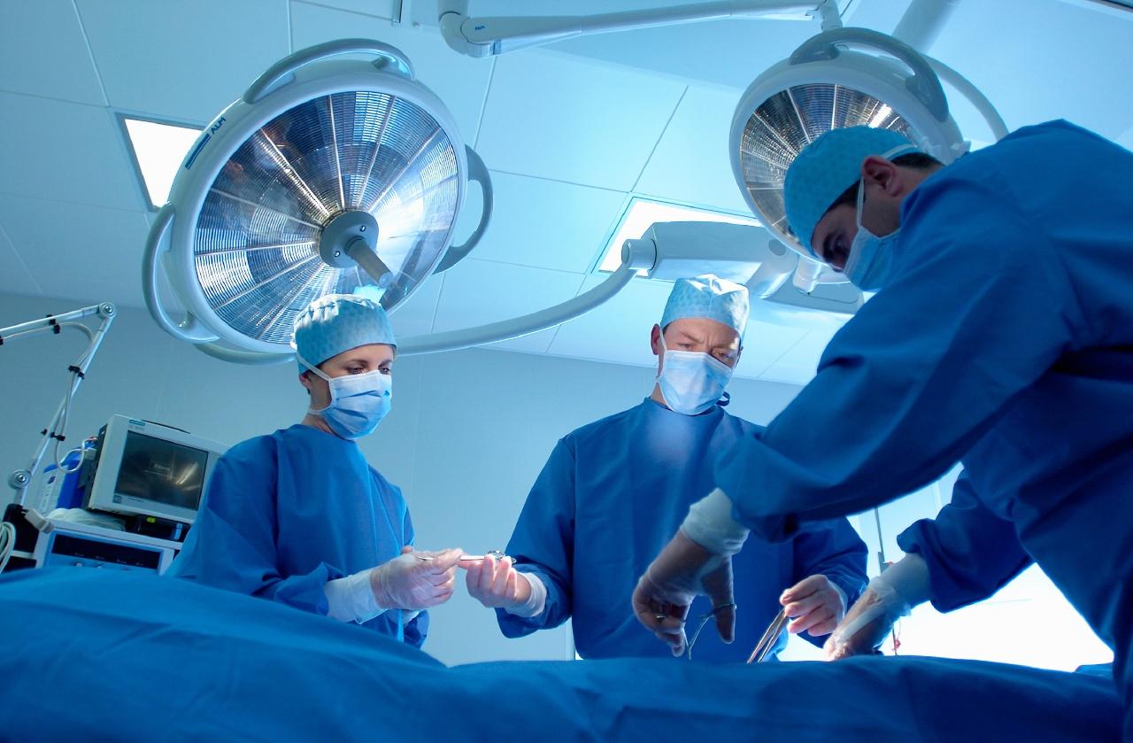 photo d'une équipe de chirurgiens au bloc opératoire