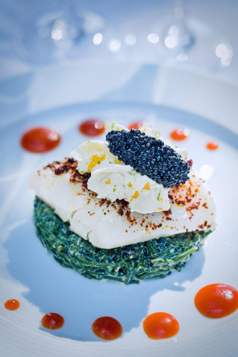 photo culinaire d'une assiette de poisson sur salicornes