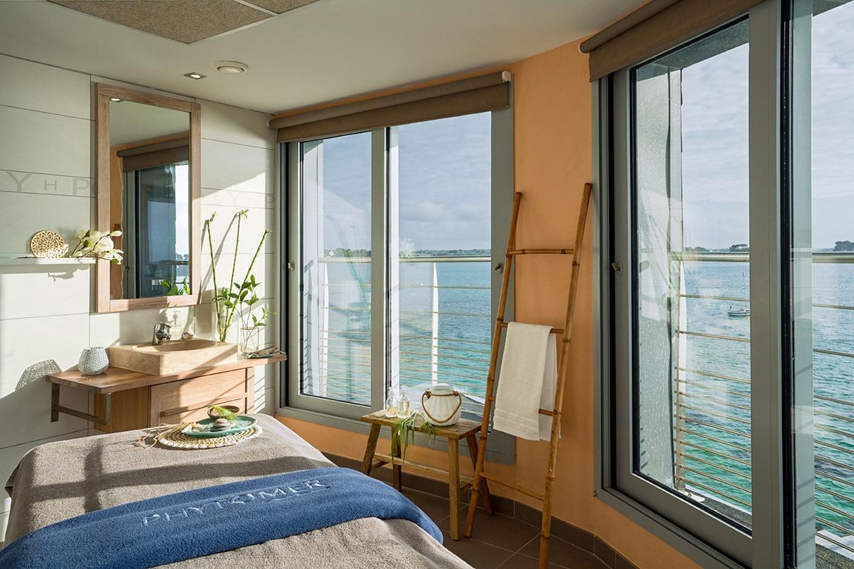 Photo d'une cabine de soin en thalasso avec vue sur mer