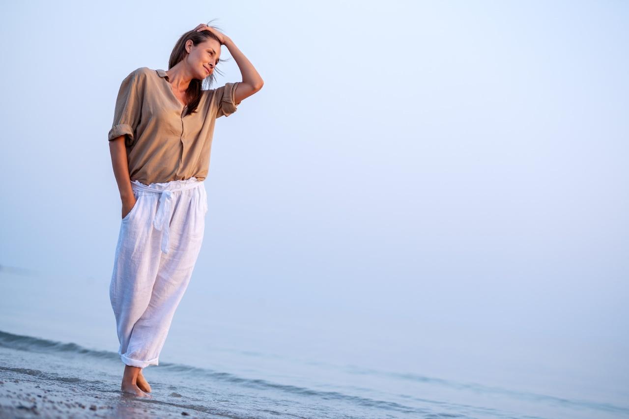 photo d'une femme sportwear sur la plage
