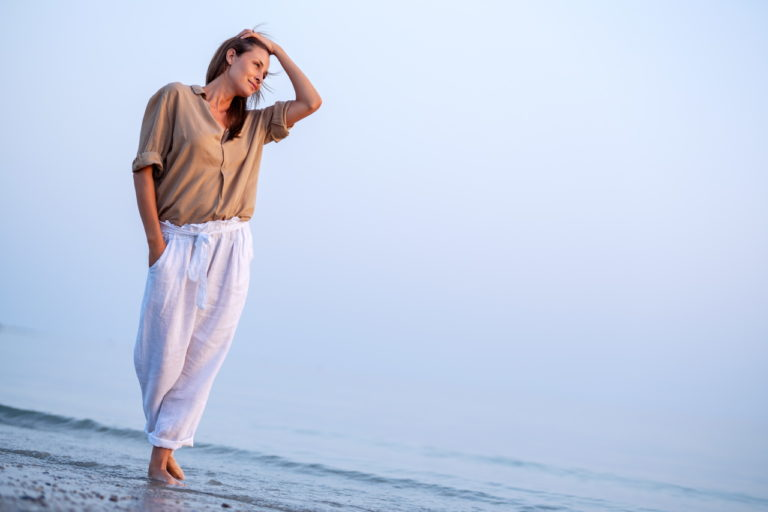 photo lifestyle d'une femme sur la plage