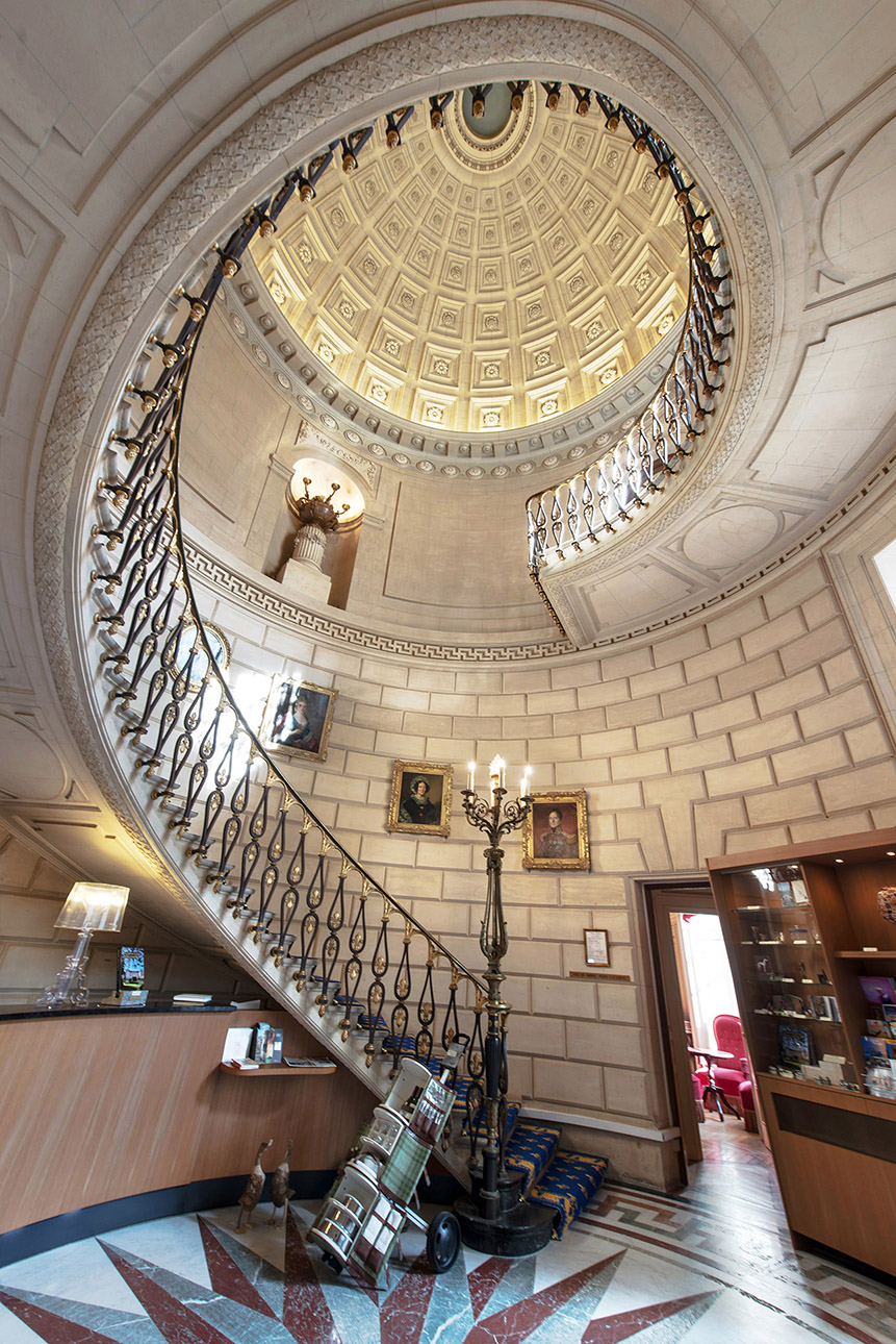 photo de l'escalier au chateau Colbert