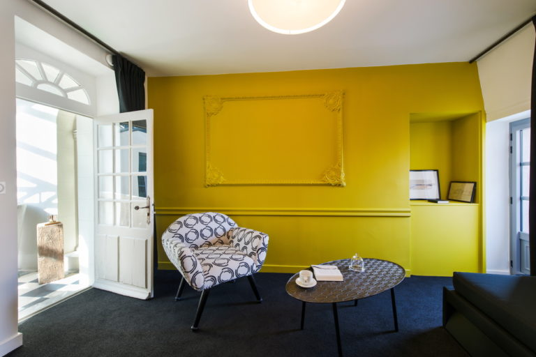 Image colorée d'un petit salon en chambre d'hôte