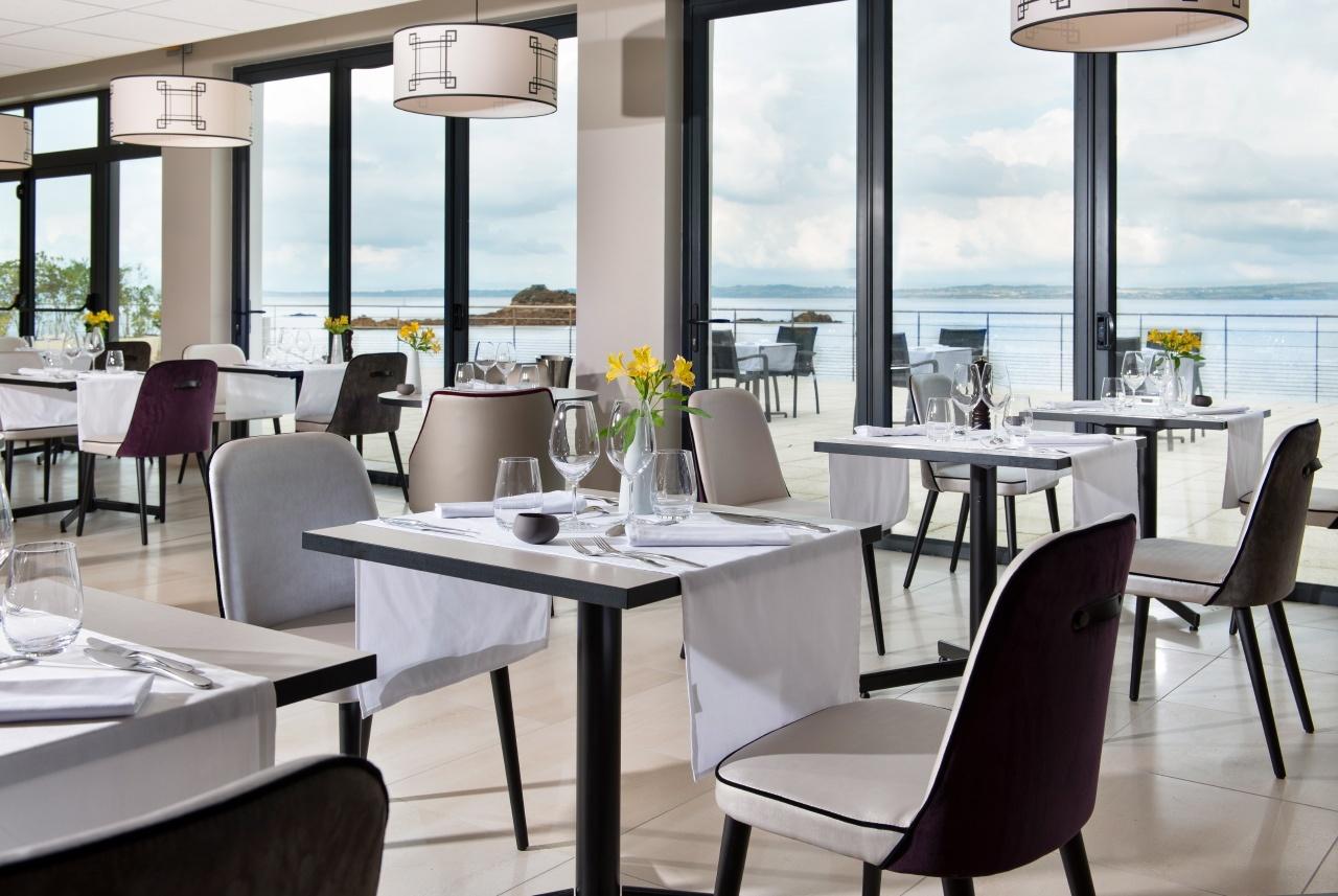 photo d'un restaurant vue sur mer en Bretagne
