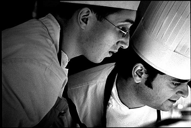 photo noir et blanc d'un chef cuisto et son second en cuisine
