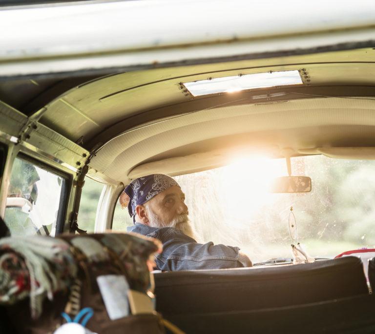 photo lifestyle d'un sénior en road trip
