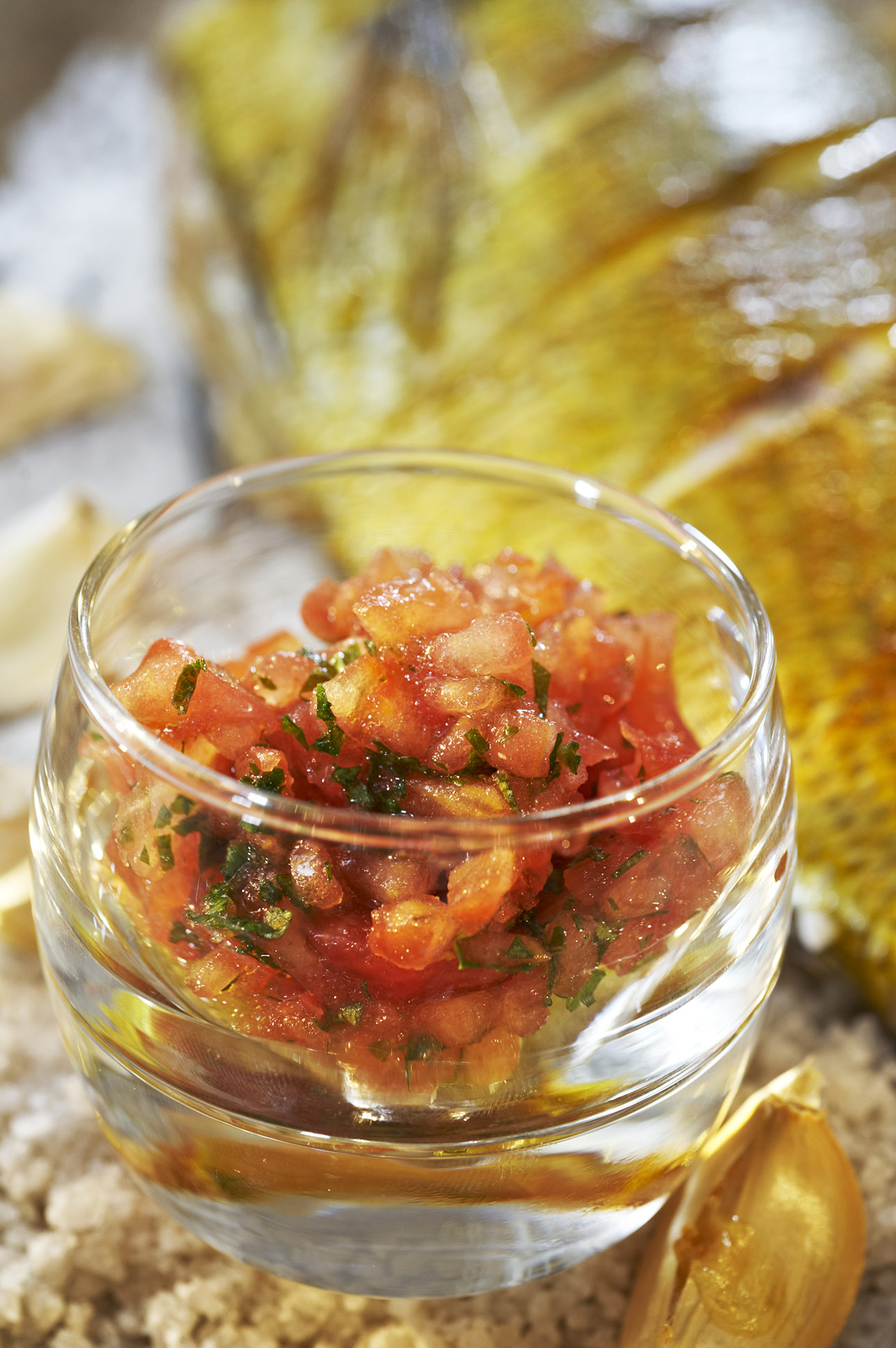 photo culinaire tomate, fines herbes et poisson