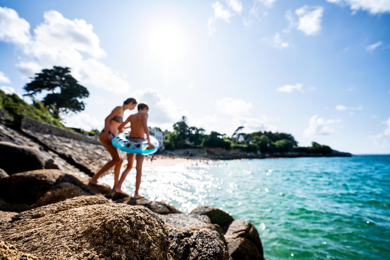 image d'enfant sautant des rochers en bord de mer