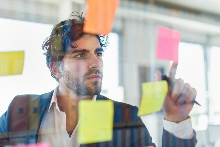 portrait d'un jeune cadre au bureau