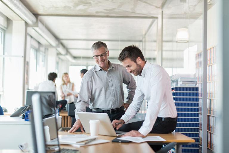 Photo corporate dans un bureau d'étude avec deux hommes en discussion