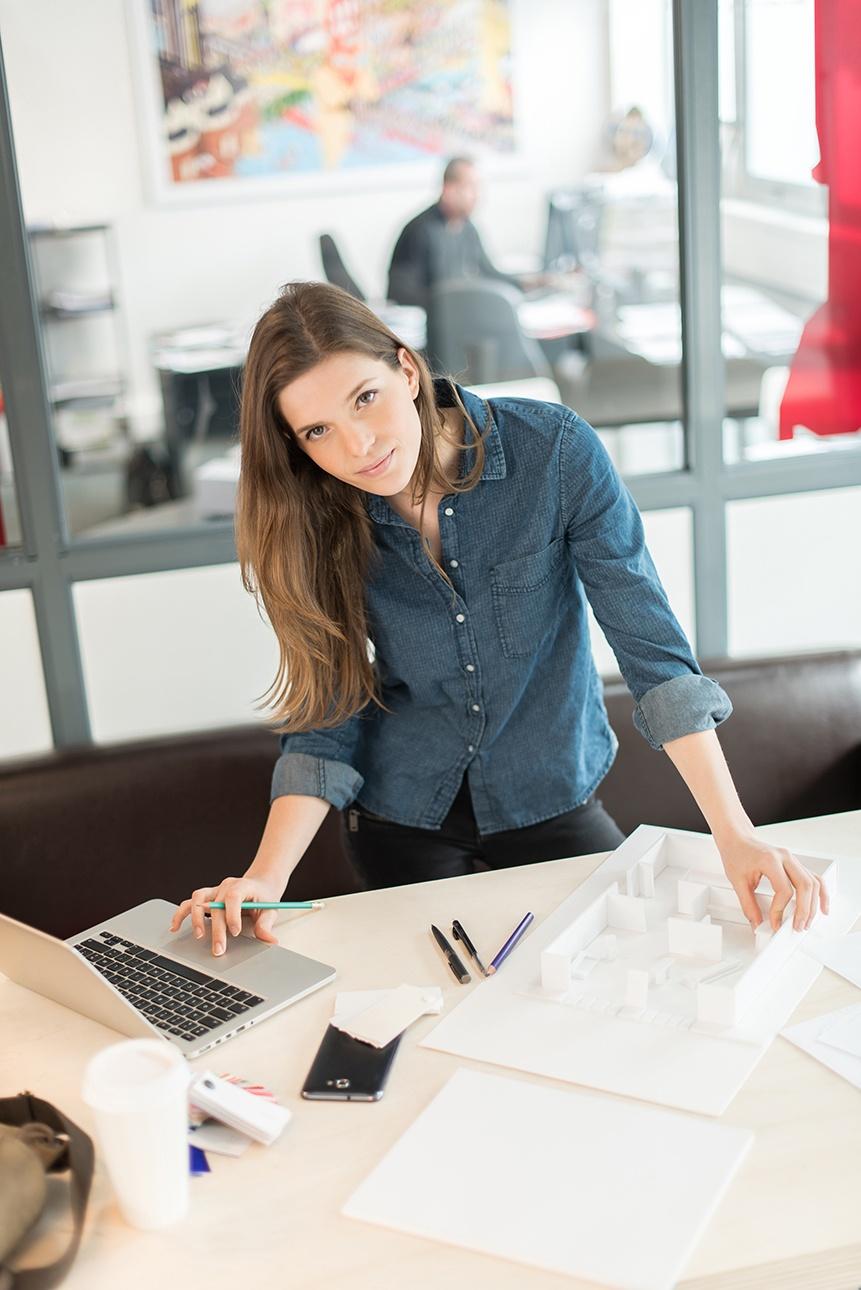 portrait d'une architecte dans son bureau