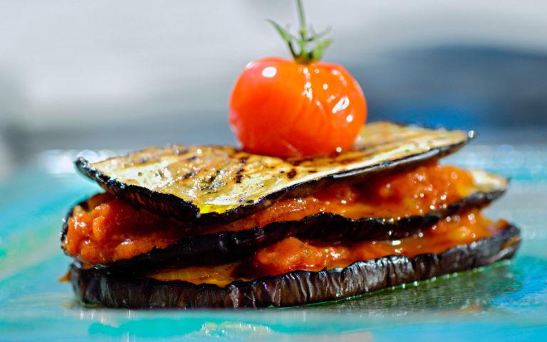 gros plan culinaire sur aubergines et tomates
