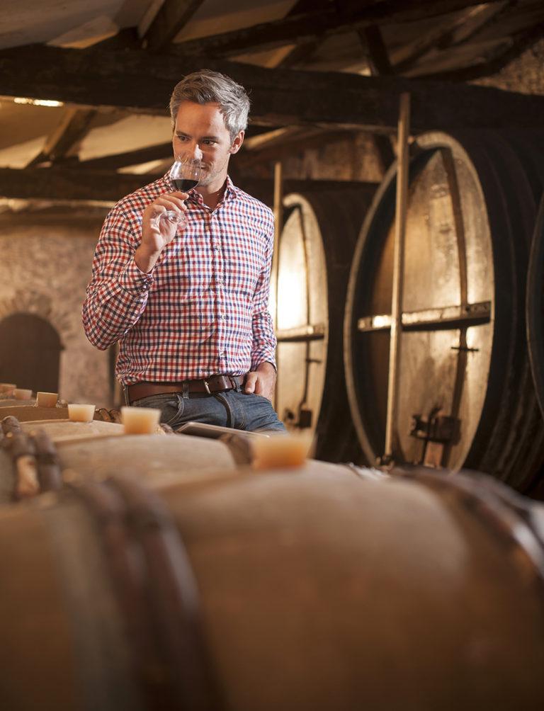 image d'un viticulteur dans sa cave