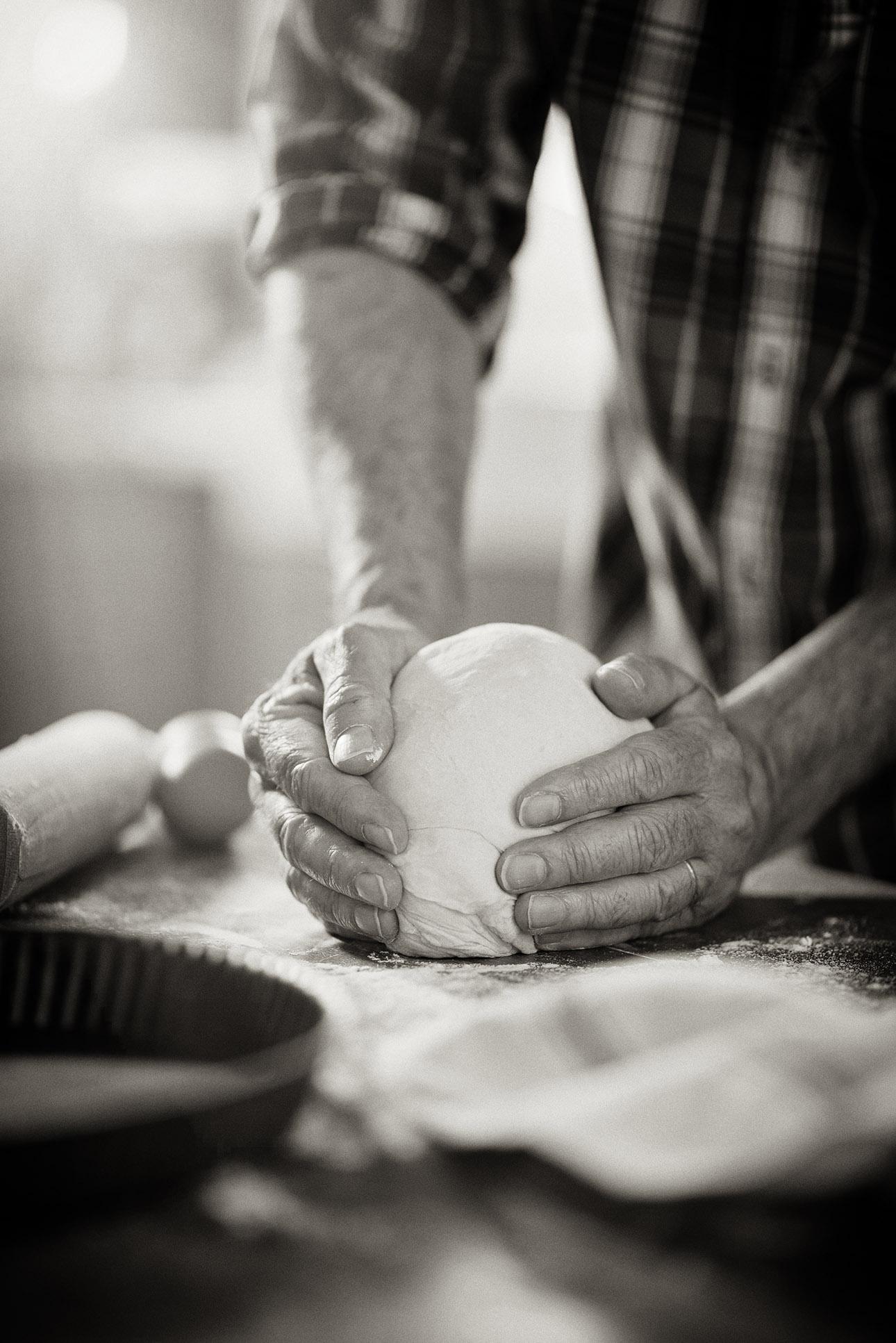 photo de métiers, mains d'un boulanger au travail