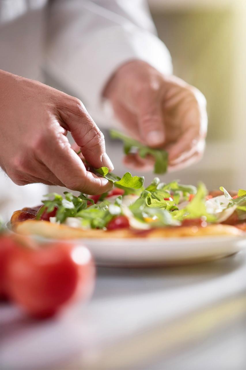 image culinaire, main d'un chef cuisinier