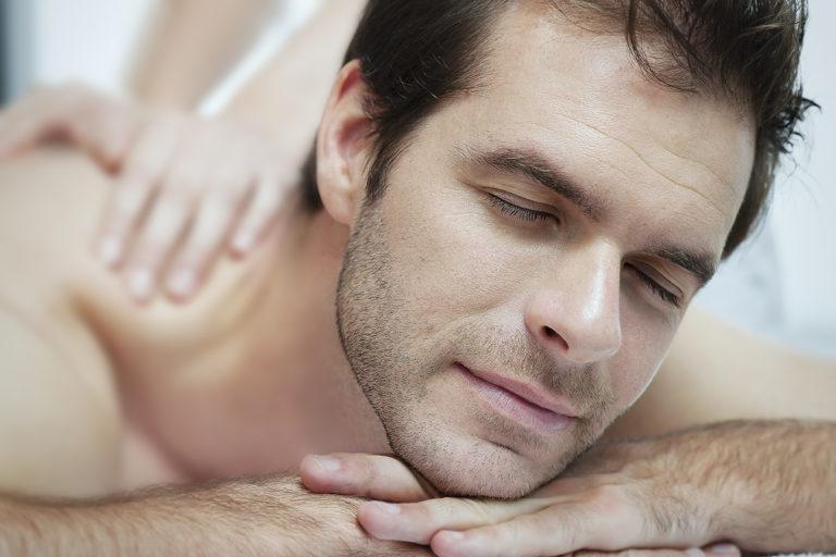portrait d'un homme en soin cabine en spa