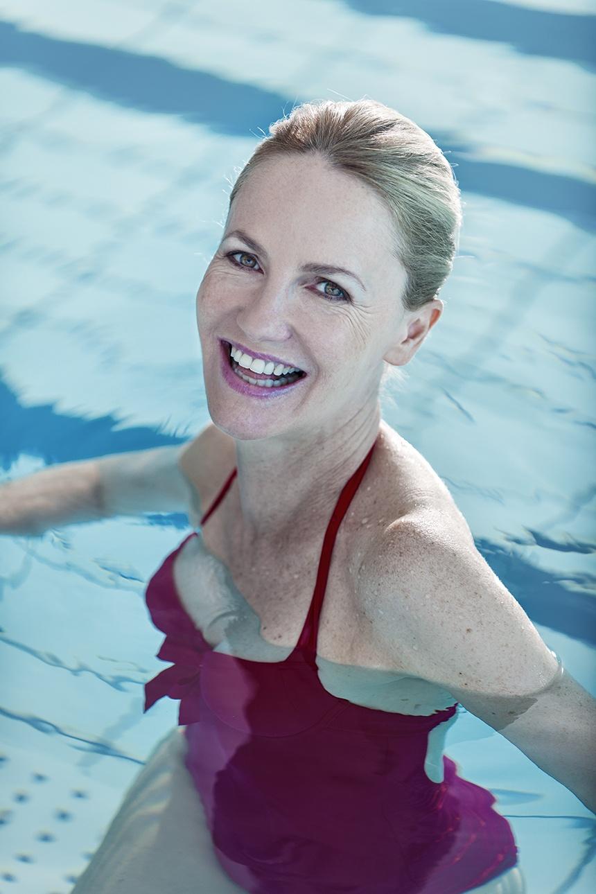 portrait d'une femme sénior dans une piscine