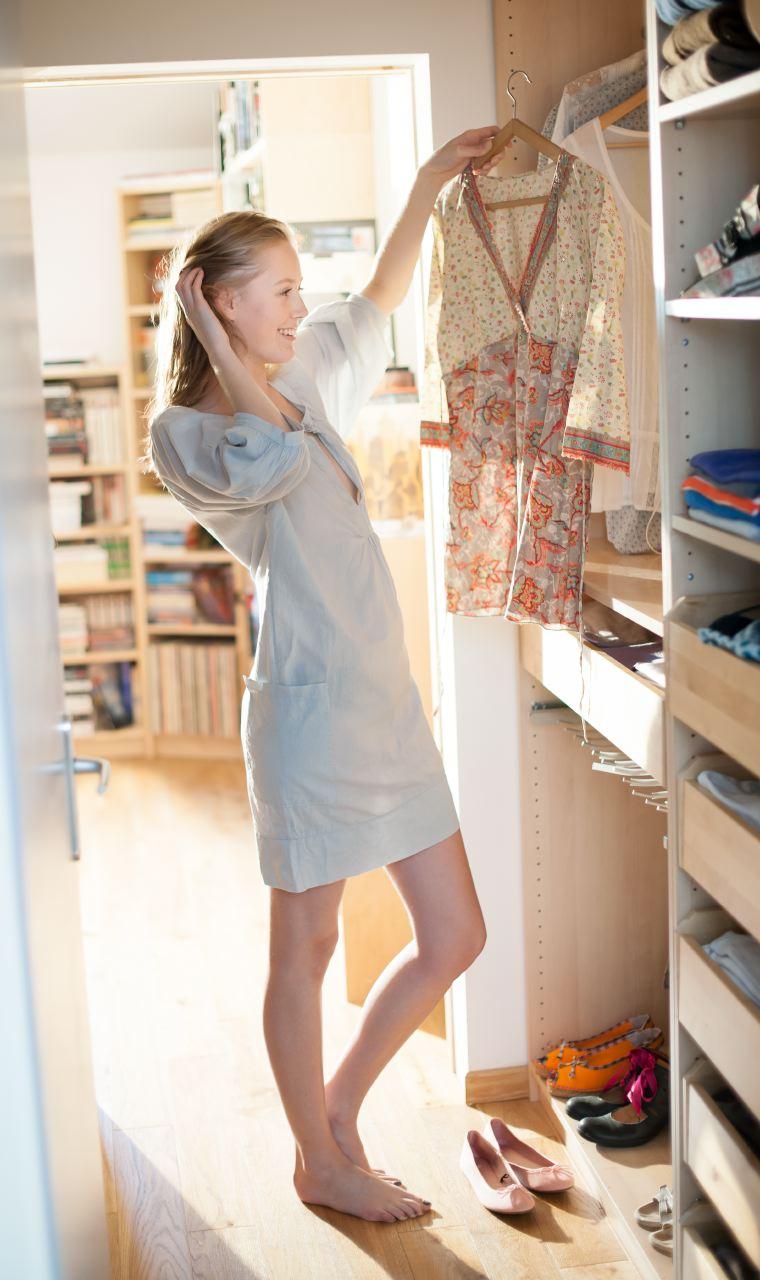 Photo lifestyle d'une femme dans son dressing