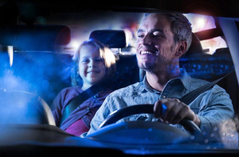 Photo lifestyle d'un père et sa fille dans une voiture la nuit