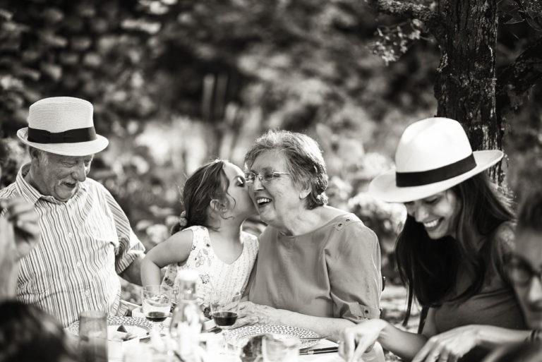 Photo lifestyle noir et blanc de grands-parents avec leur petite fille
