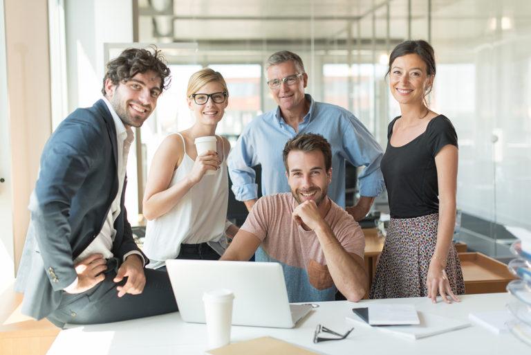 Photo corporate d'un groupe au bureau