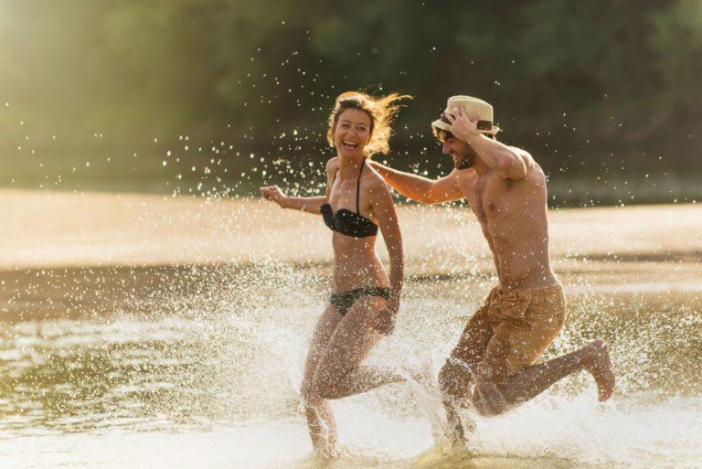 Photo lifestyle d'un couple courant dans l'eau
