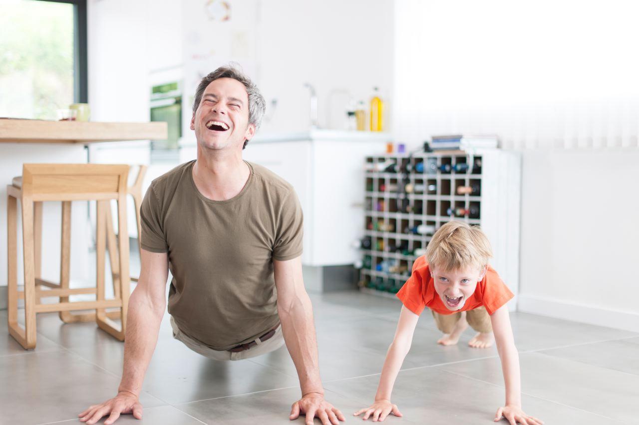 Photo lifestyle d'un père et son fils dans la cuisine
