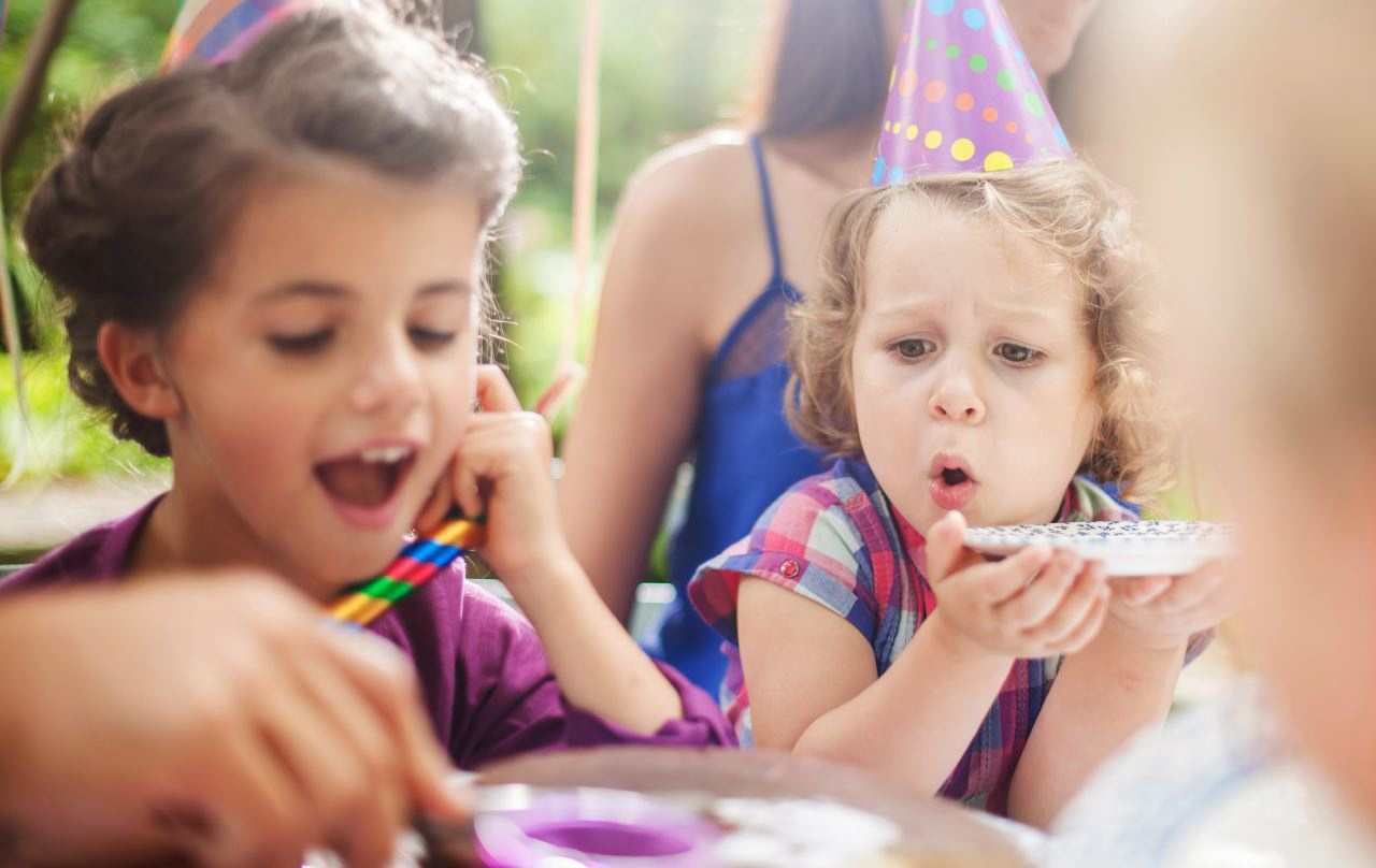 Photo lifestyle d'un anniversaire de petites filles