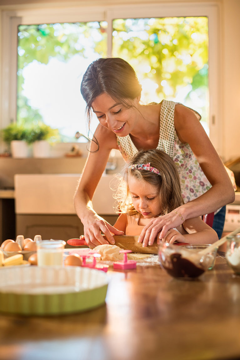 photo lifestyle d'une maman et sa fille en pâtisserie