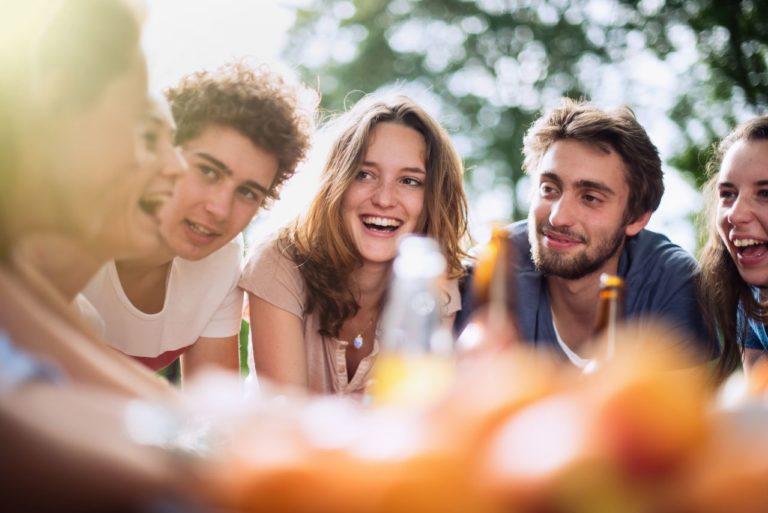 photo lifestyle d'un groupe de jeune autour d'une table