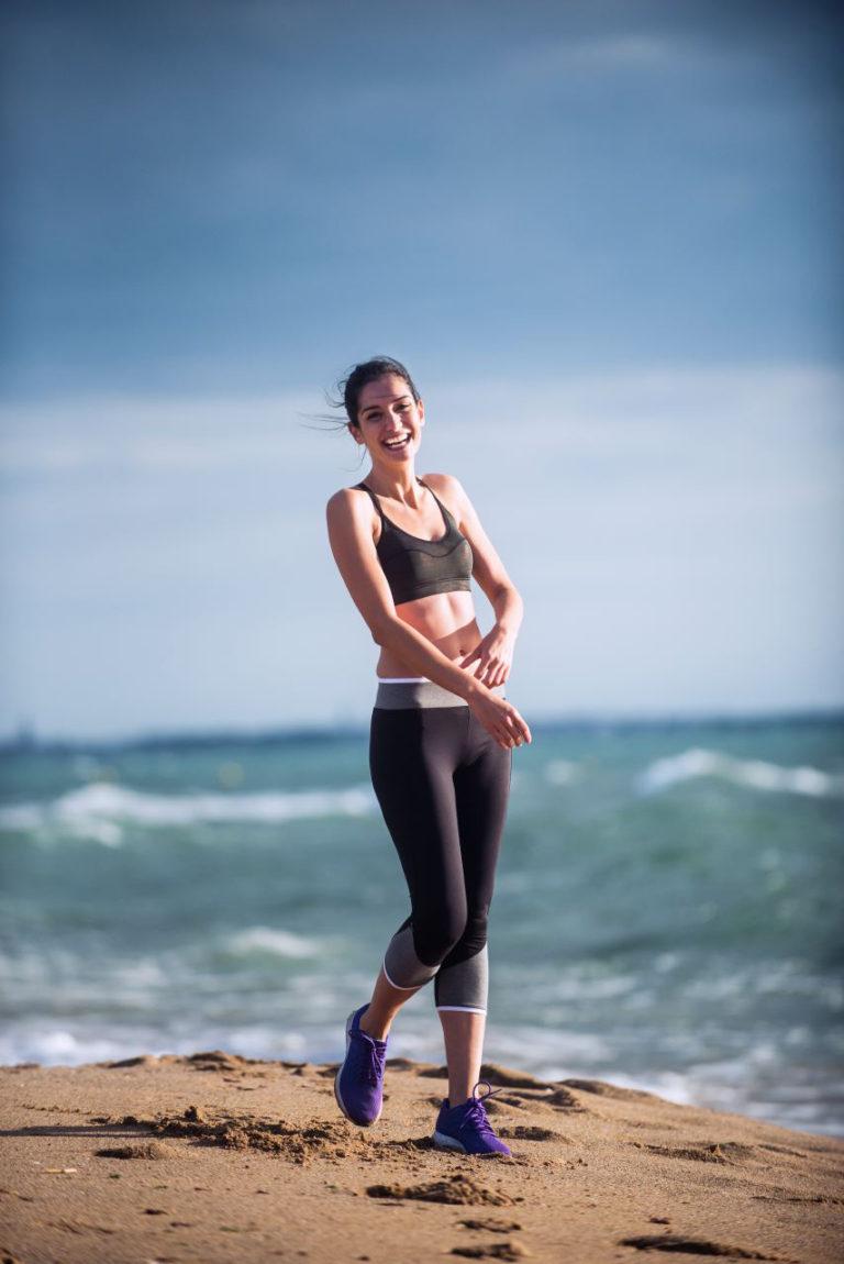 image d'une jeune femme sur la plage