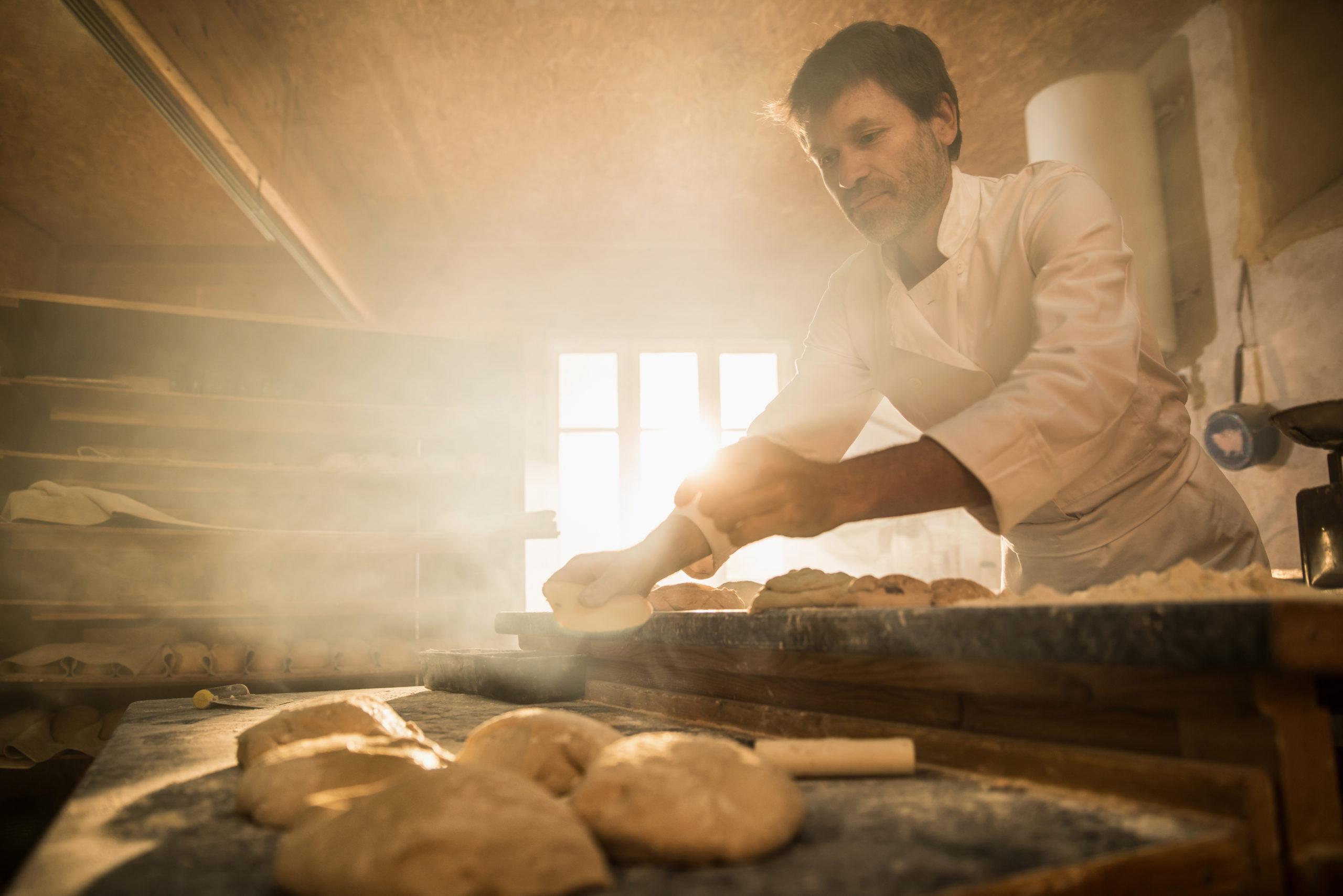 Reportage en entreprise, le boulanger au travail