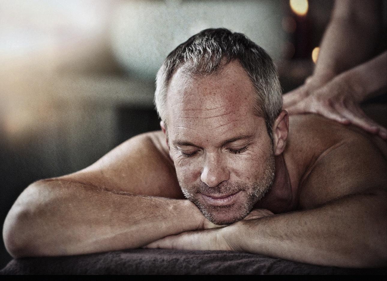 photo d'un homme massé en cabine