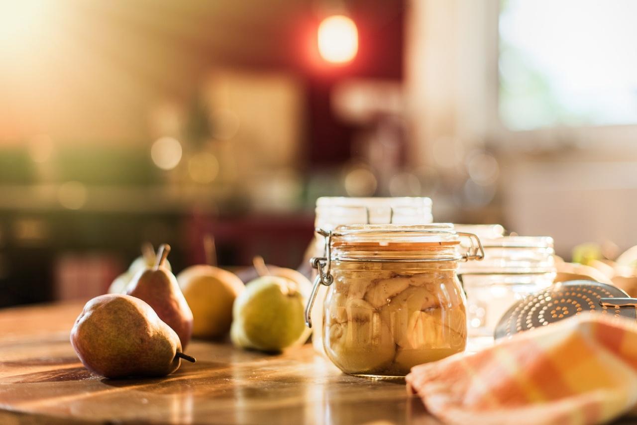 gros plan lifestyle sur des poires en cuisine