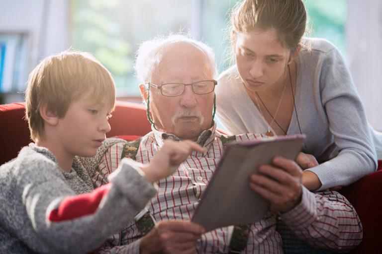 photo lifestyle d'un grand-père et ses petits enfants