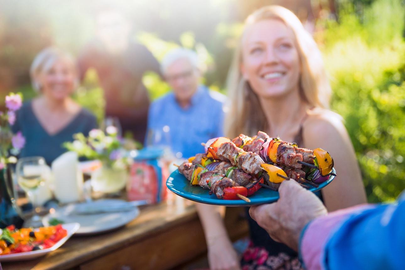photo lifestyle en extérieur autour d'une table en famille