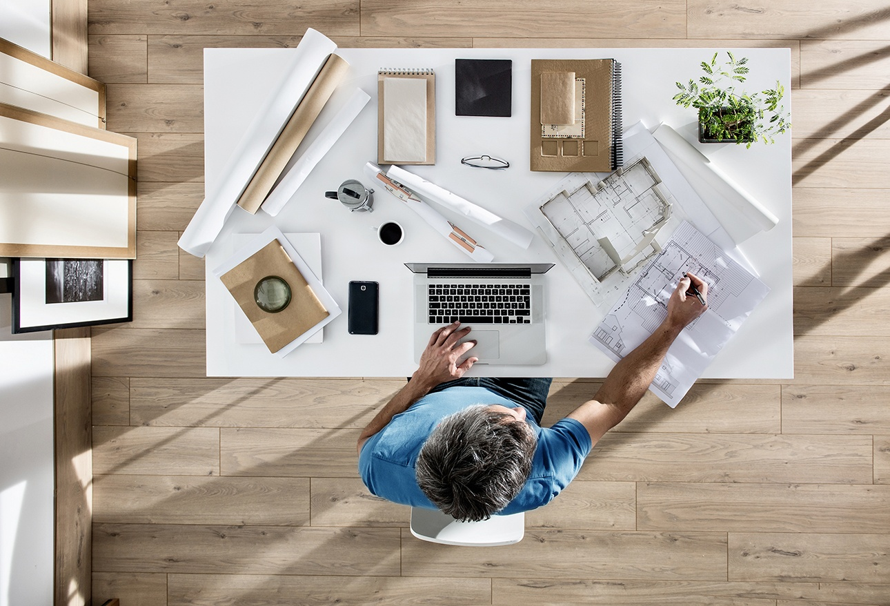 vue de dessus d'un architecte à son bureau