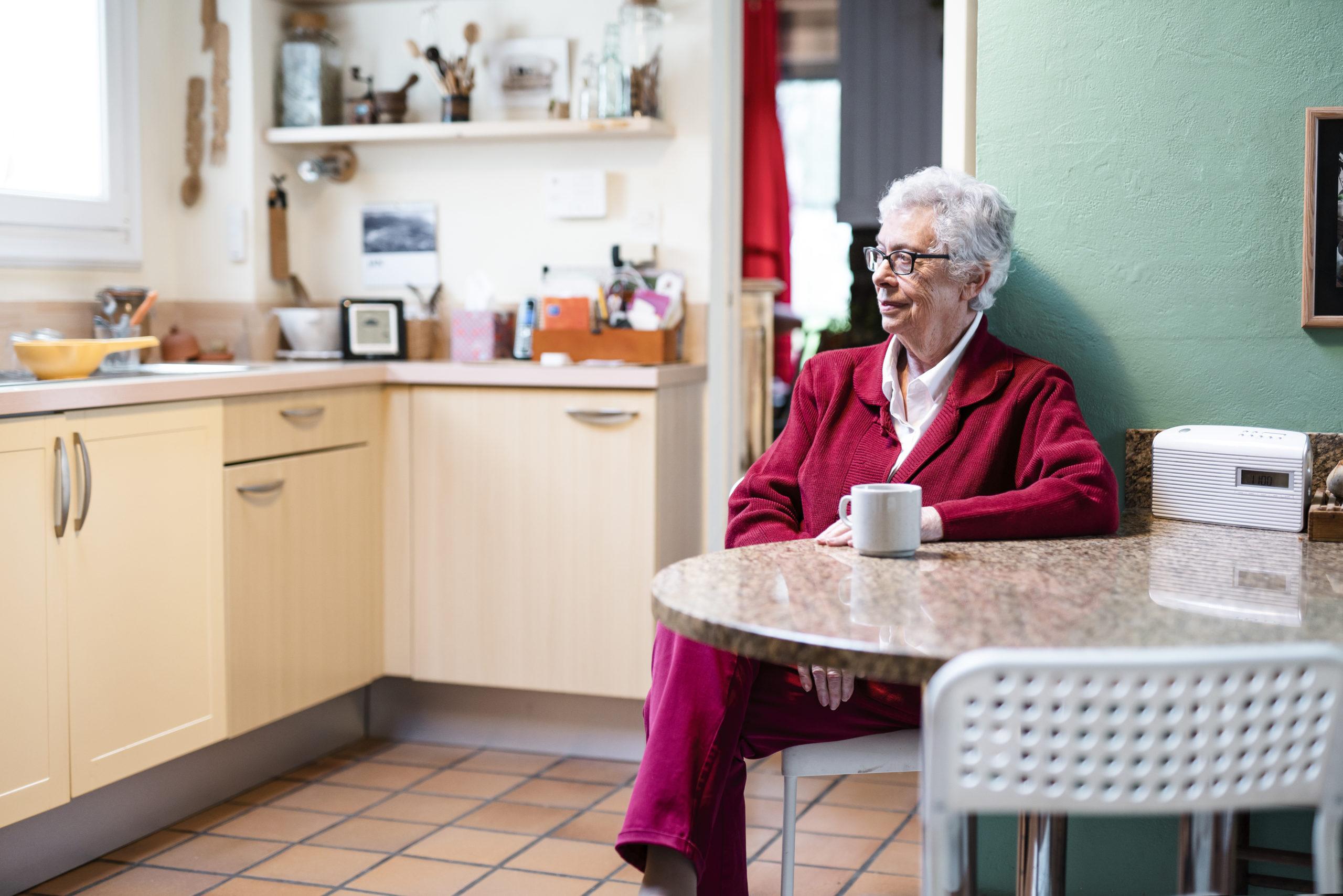 image lifestyle d'une femme agée dans sa cuisine
