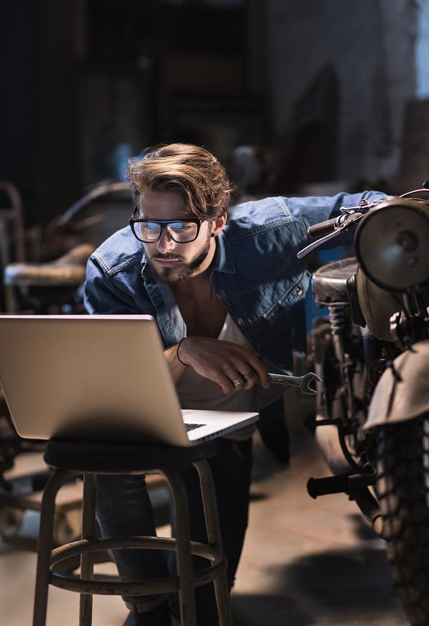 image d'un mécanicien dans son atelier