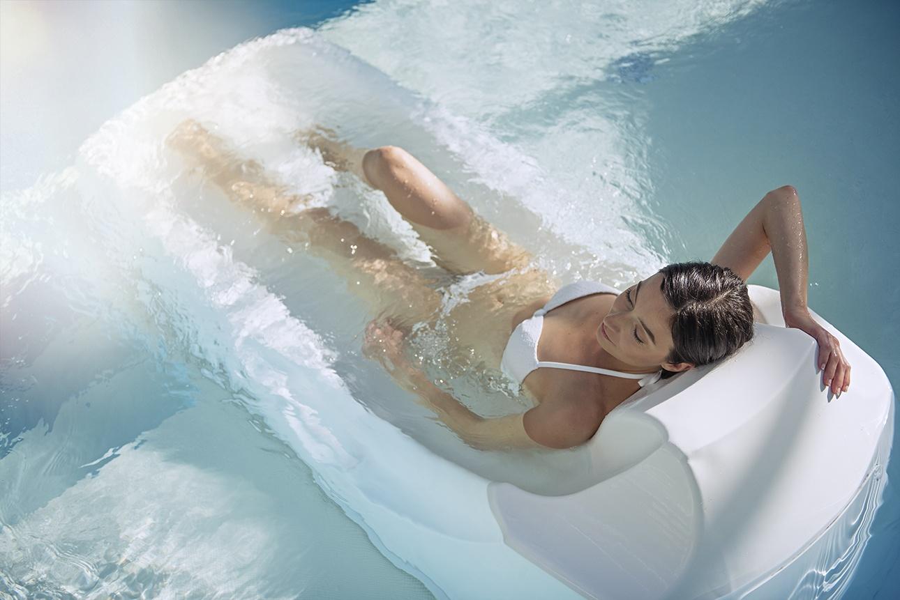 image d'une jeune femme en piscine