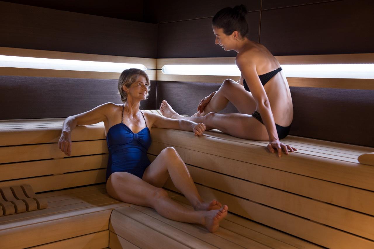image d'une mère et sa fille dans un sauna
