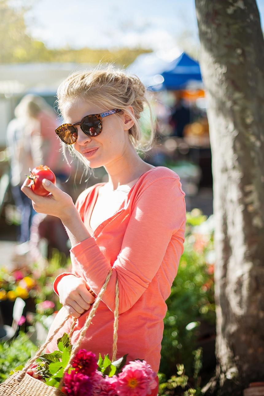 Photo lifestyle d'une femme au marché