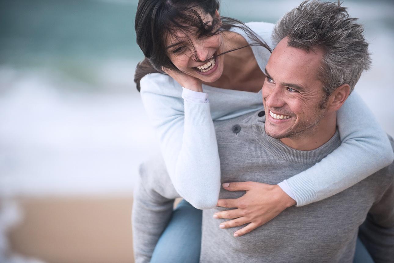 photo lifestyle d'un couple sur la plage