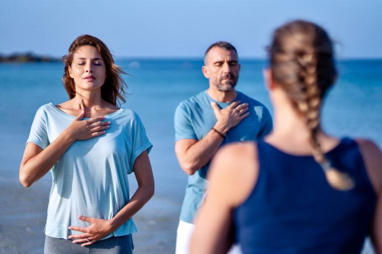 photo livestyle d'un cours de méditation sur la plage